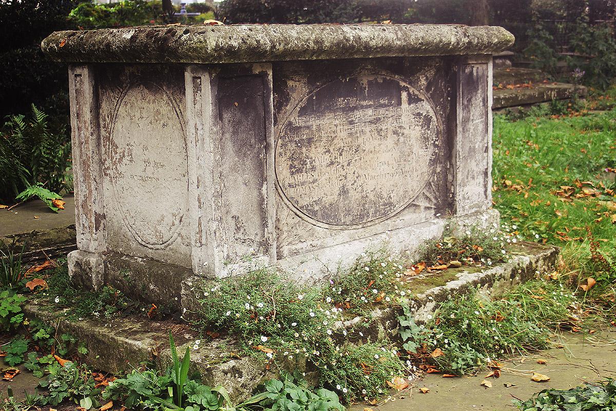 garden museum grave tomb stone grass flowers nature outside autumn london lambeth waterloo